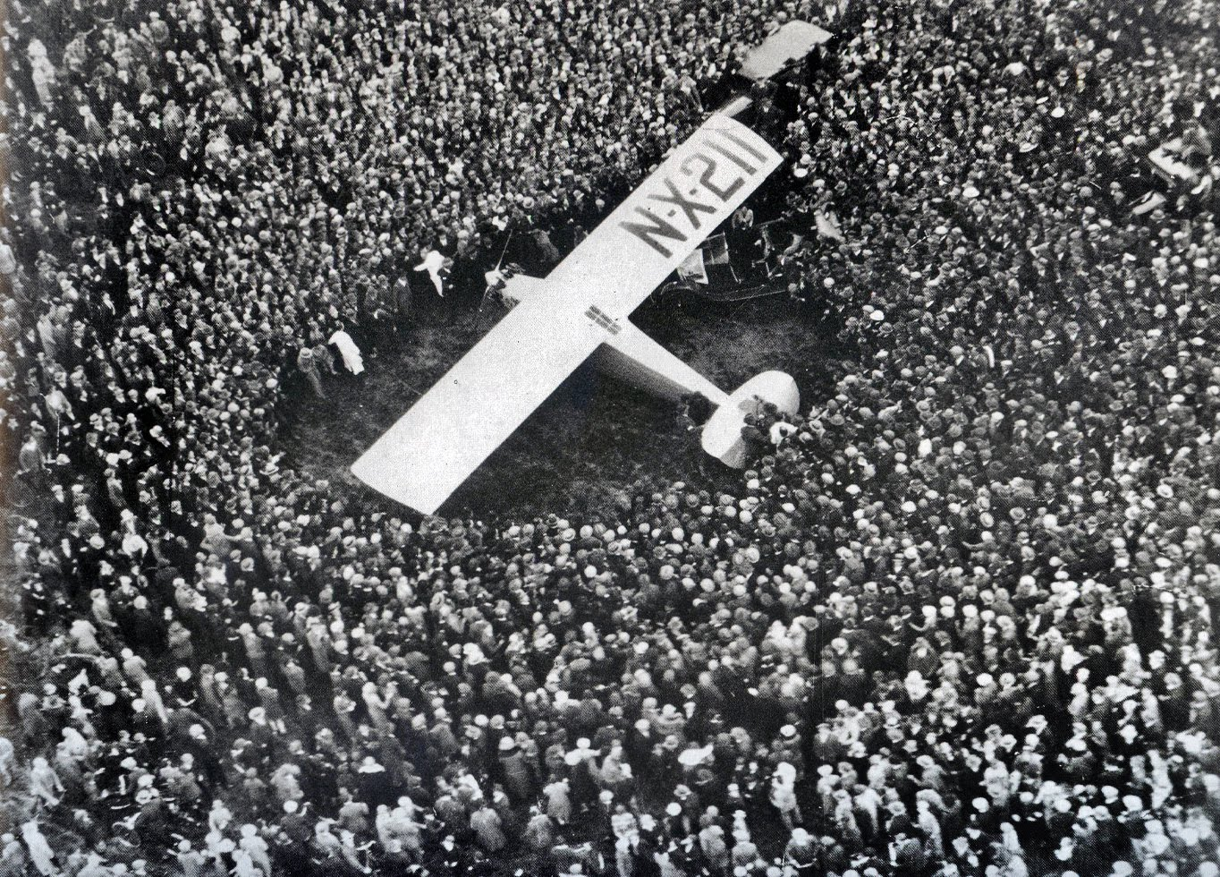 a history of lindberghs flight across the atlantic Lindbergh was the 19th person to make a transatlantic flight, the first being the   it was described by journalist h l mencken as the biggest story since the.