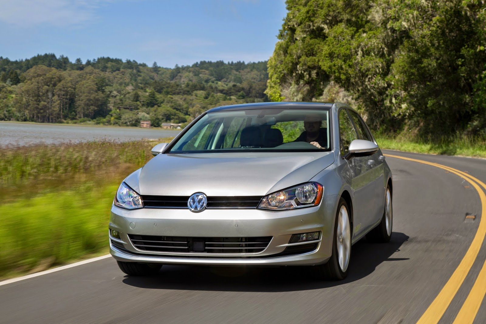 Front 3/4 view of 2015 Volkswagen Golf TDI