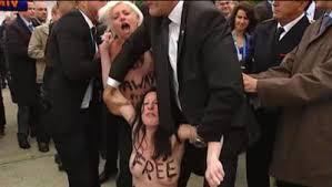 Deux Femen manifestent au passage de Hollande au Bourget