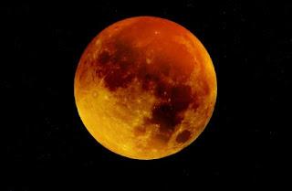 foto di una luna rossa di notte