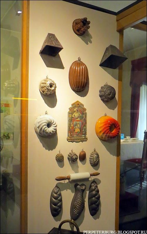Дореволюционные формы для кексов и пирогов в музее истории Петербурга фото