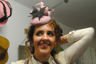 tocado-rosa-gris-asun-duran-sombrero-mariposa