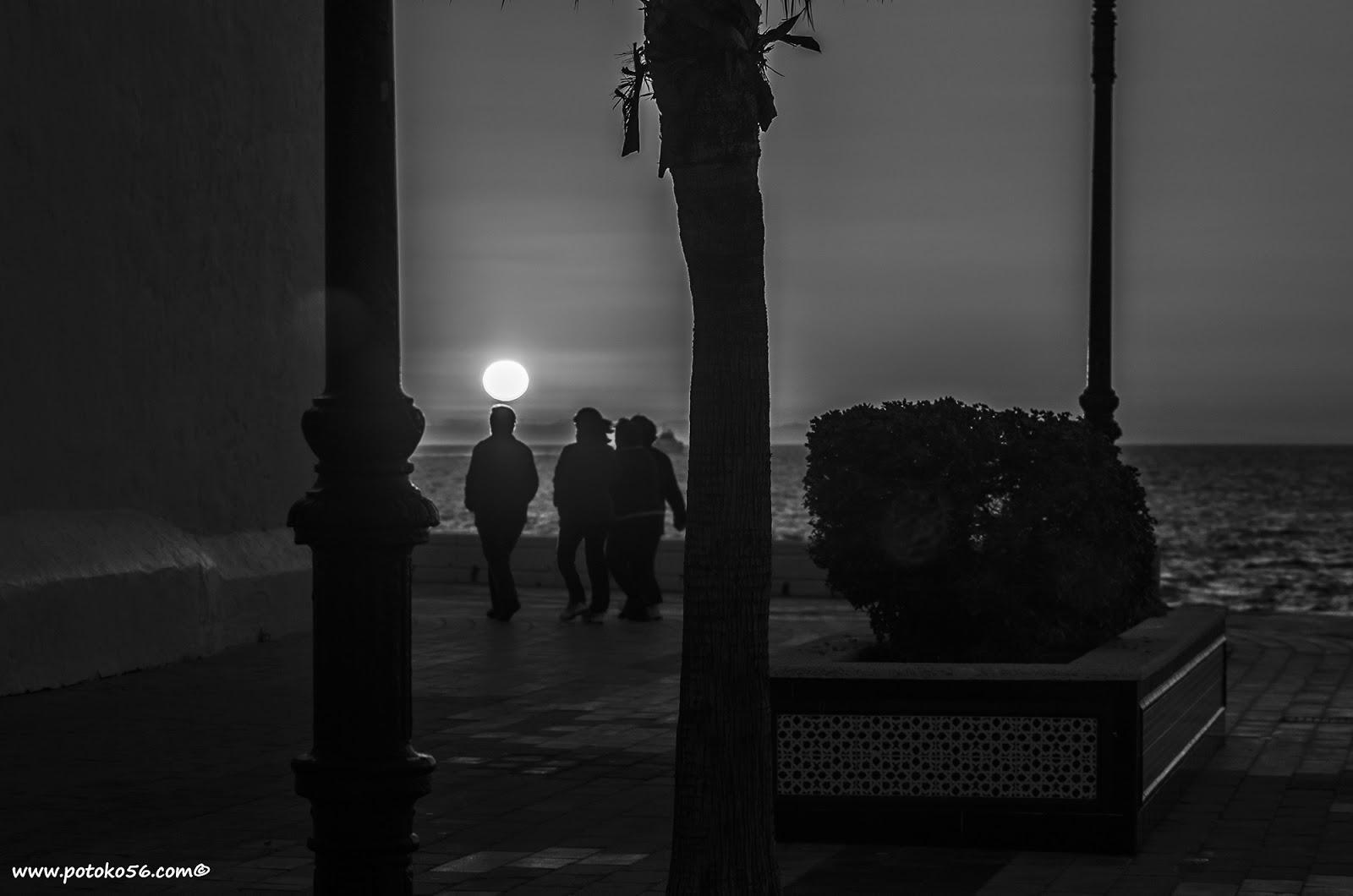 Un grupo de amigas andando por el Paseo al amanecer en Rota