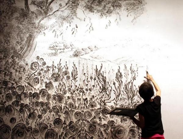 Artista pintando quadro com os dedos