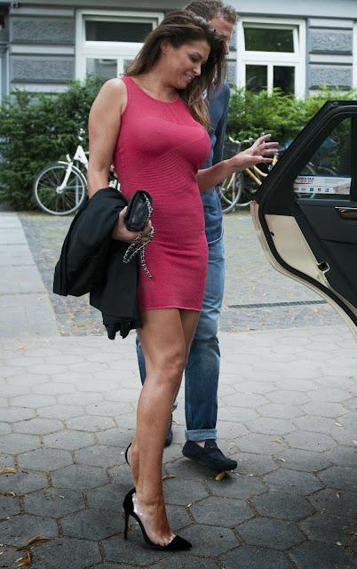 Sabia Boulahrouz verwent Raf met superkort strak jurkje