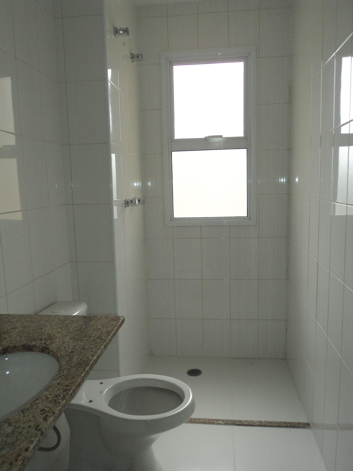 banheiro da suíte era revestido em azulejos brancos com bancada em  #575243 1200x1600 Banheiro Azulejo Pastilha