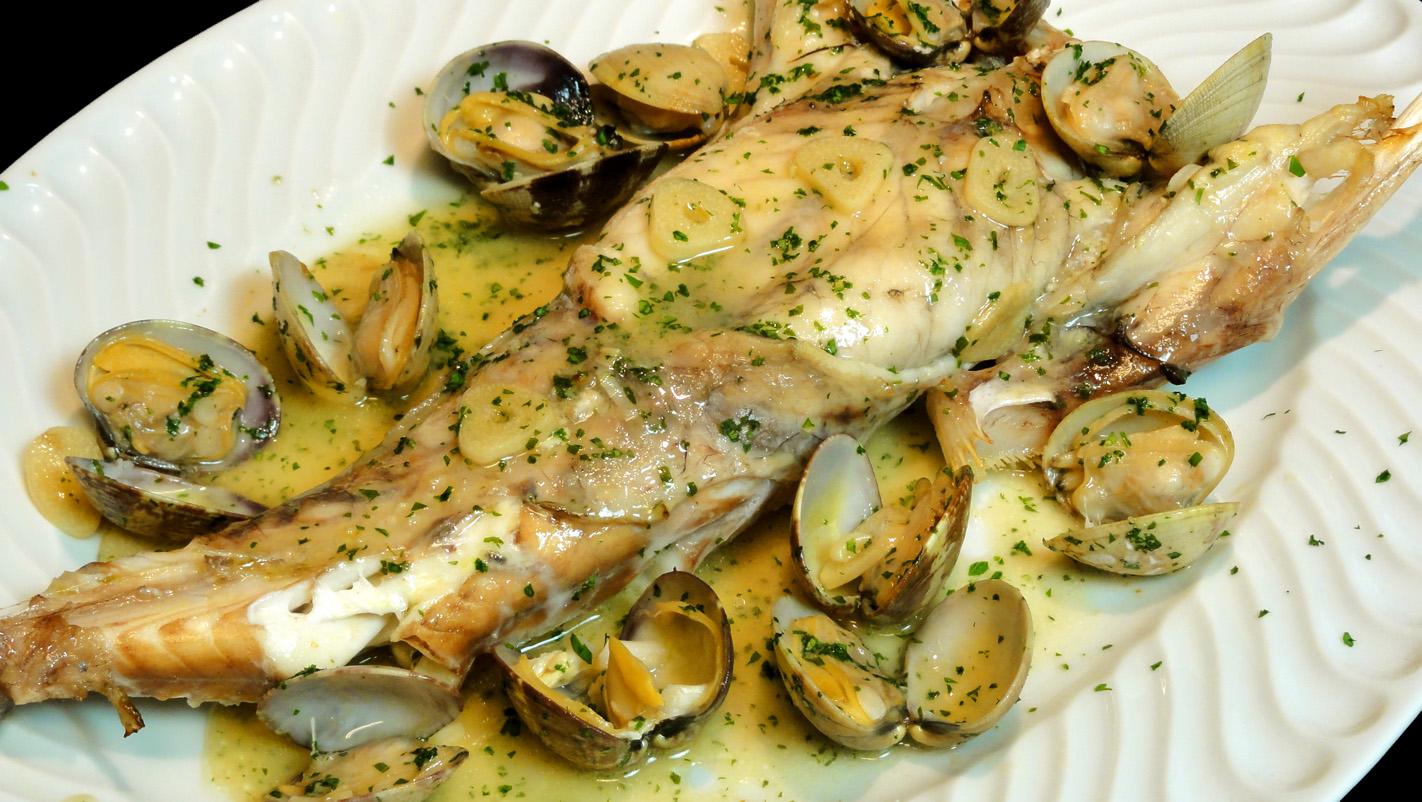 El Refrito Es Una Salsa Que En La Cocina Vasca Se Asocia Siempre Con El  Pescado. Es Una Mezcla De Aceite, Ajos Y Vinagre Y Lo Típico Es Verterla  Sobre El ...