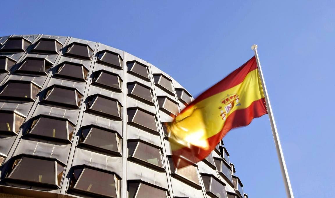 Tribunal Constitucional y bandera de España