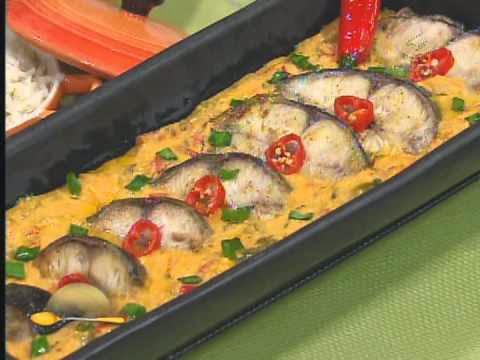 Imagem ilustrativa da receita de peixe na telha, montado na fôrma para assar.