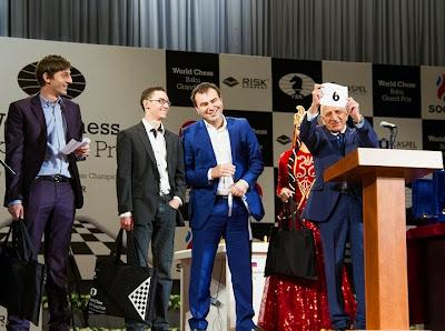 Hier soir, la cérémonie d'ouverture du Grand Prix d'échecs de Bakou a donné lieu au tirage au sort des numéros d'appariement. Sur scène, Grischuk, Caruana et Mamedyarov Photo © Chess-News.