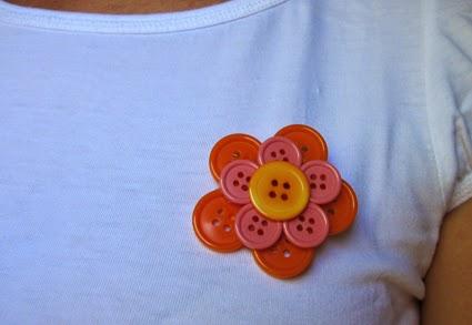 Broche de botones naranja