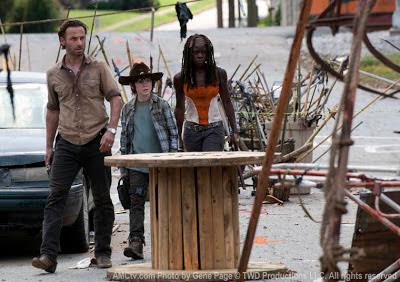 """Rick Grimes (Andrew Lincoln), Carl Grimes (Chandler Riggs) e Michonne (Danai Gurira)  nell'episodio 3x12 (""""Clear"""")"""