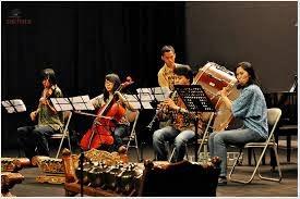 Inilah salah satu contoh memainkan alat musik ansambel