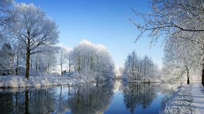 Первый снег на берегу
