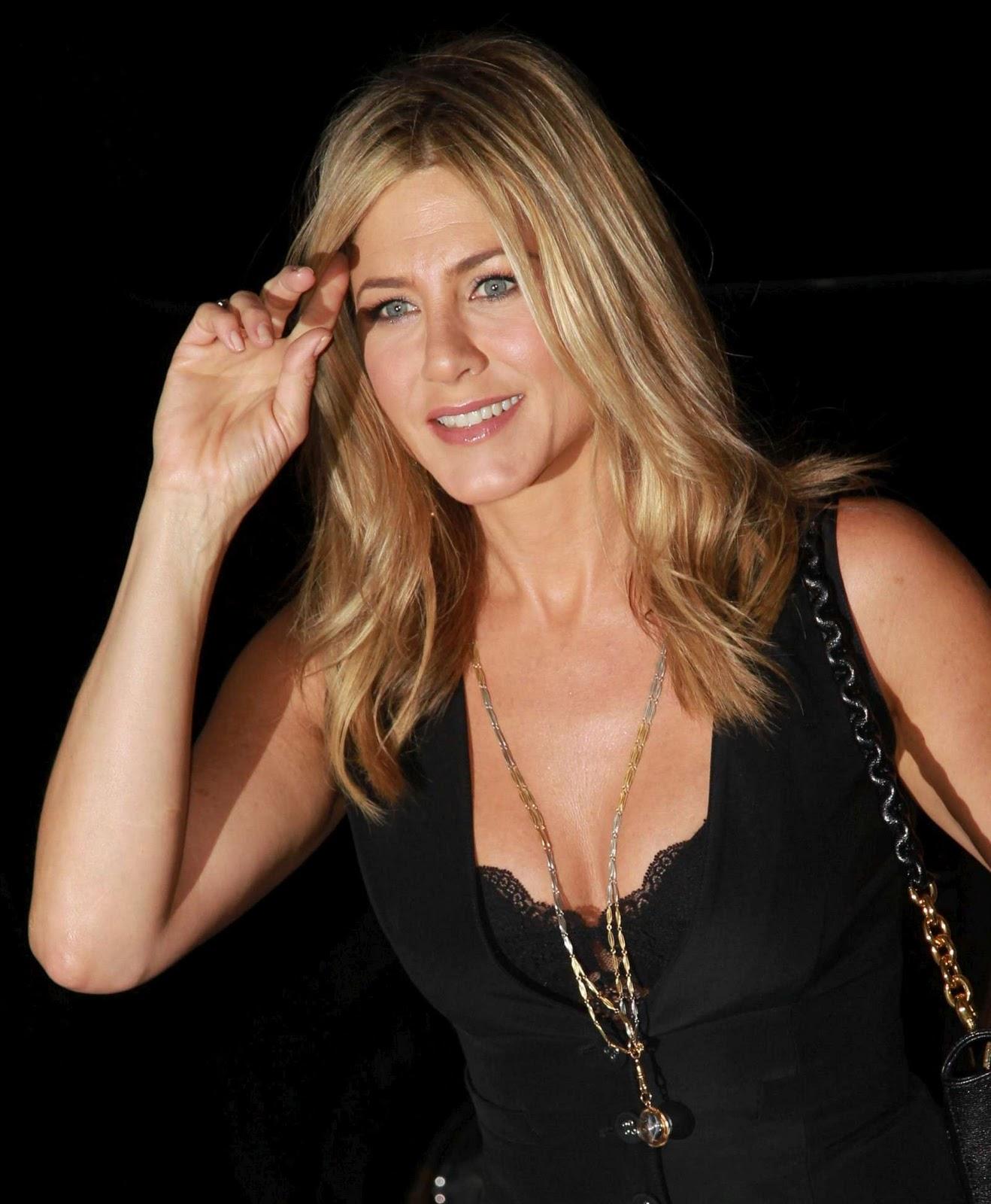 "Jennifer Aniston – ""FIVE"" Premiere in New York   Photoshoot Jennifer Aniston"