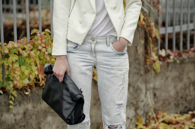 all white outfit, zara white blazer, new look boyfriend jeans, leather lunchbag zara, ripped denim, white t shirt, fashion trends, fashion blogger, style blogger