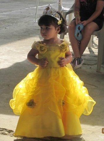 Nuevamente Valentina modelando su traje de la Princesa Bella en su segundo cumpleaños. Confeccionado en organza amarilla, y tafetán, falda corte disco