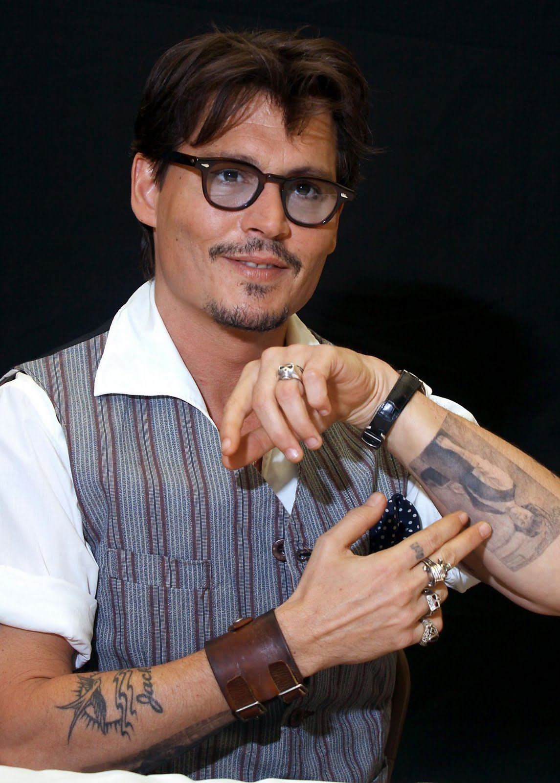 http://1.bp.blogspot.com/-I4oZBK6CJXM/TdqoWL6mW-I/AAAAAAAAEb4/gPEDRpYv0F0/s1600/JOHNNY-DEPP-Press-Conferences-Pirates-of-the-Caribbean-4-Los-Angeles-04-05-2011-johnny-depp-21881306-1465-2048.jpg