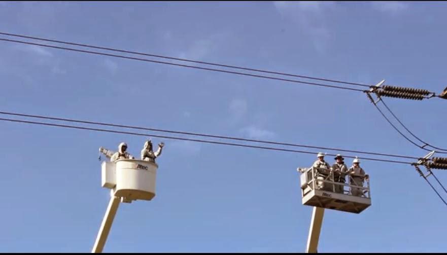 Husmeando por la red operarios jugando con cables de alta - Cables de electricidad ...