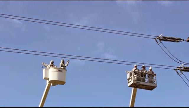 Trabajadores manipulando líneas de alta tensión sin cortar la corriente