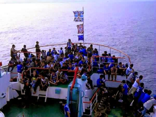 Ribuan Bobotoh Memadati Kapal Yang Akan Menyebrang Ke Pelabuhan Bakauhuni Lampung Untuk BertolakKe Palembang