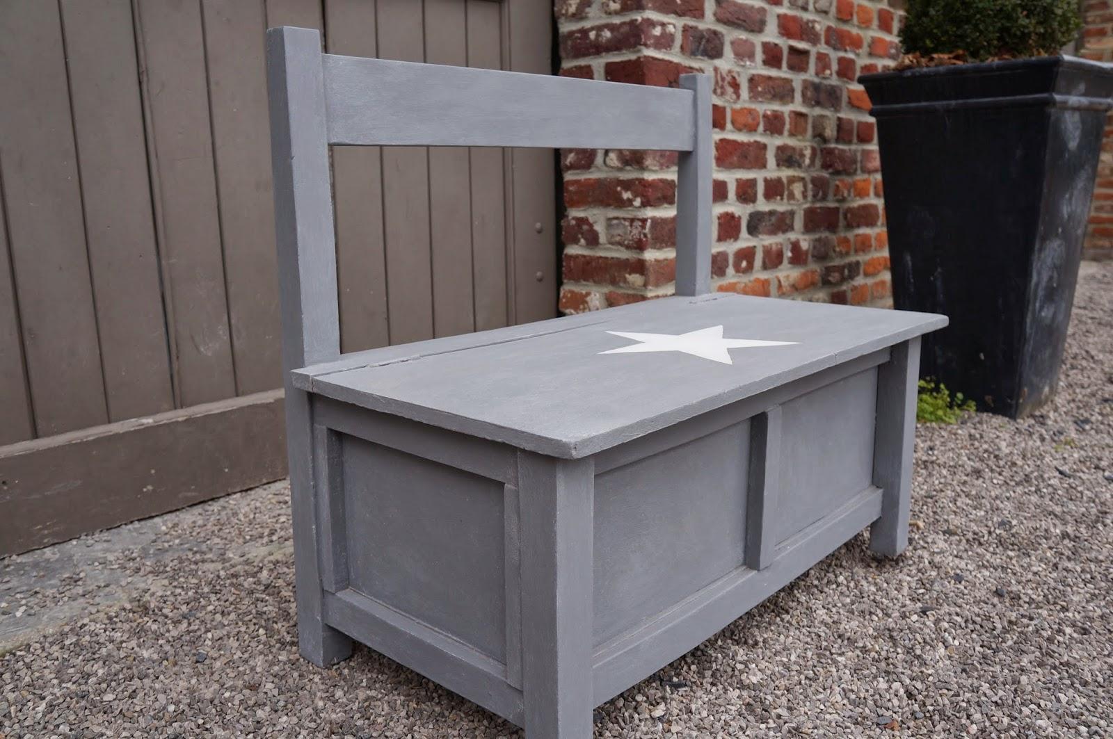 Banc-coffre  pour enfant gris blanchi avec une étoile blanche peinte au dessus