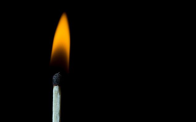 F&243sforo A Arder Em Fundo Preto  Imagens De