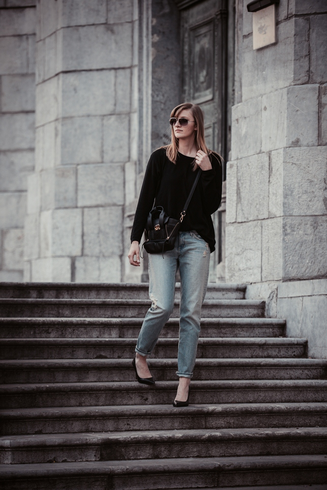 simple outfit ootd, minimalistic otfit, oversized black sweater with boyfriend jeans, fashion blogger, style blogger, slovenska blogerka, hm light boyfriend jeans, mini pashli philip lim replica lookalike