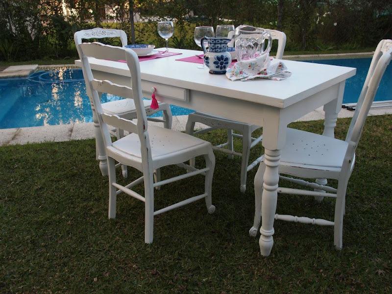mesa y sillas blancas decapadas de marta