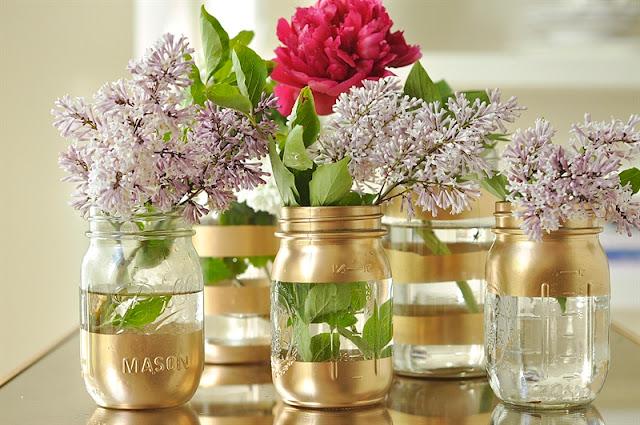 مزهريات بخطوط ذهبية مصنوع من برطمانات زجاجية