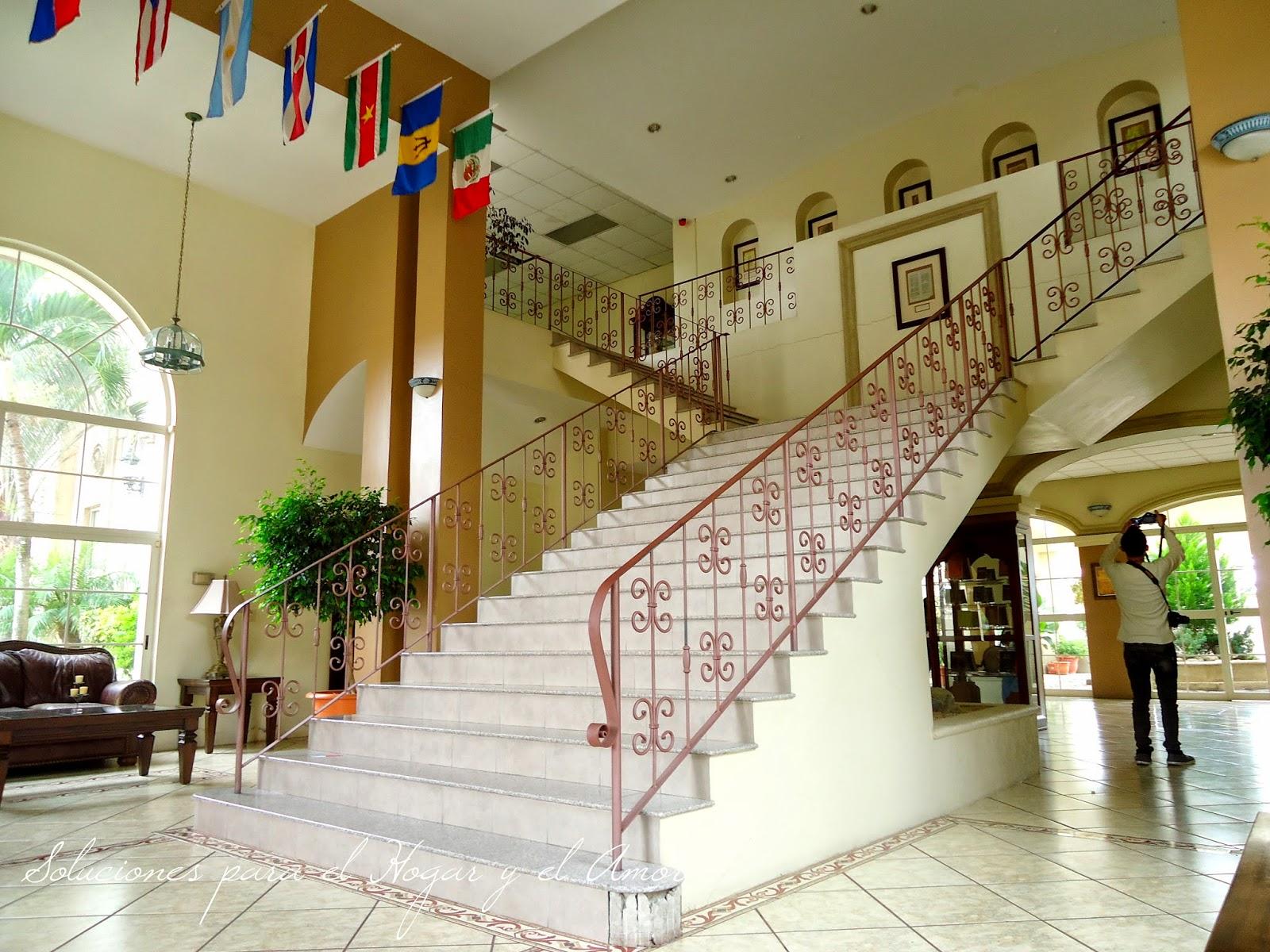 salas, escalera, vestíbulo, ventanales, lámparas, muebles