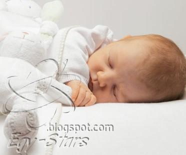 براءه اطفال-طفل نائم-يده-تحت-خده