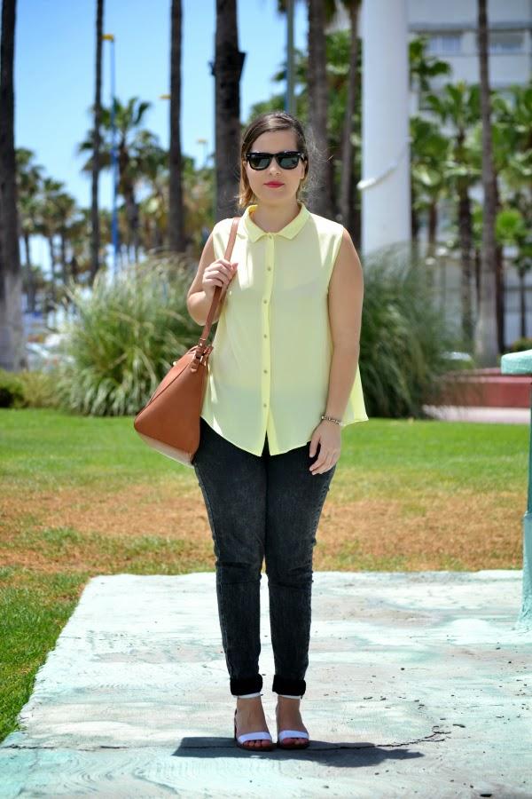 look_camisa_amarilla_botones_pedreria_sandalias_blancas_zara_nudelolablog_01