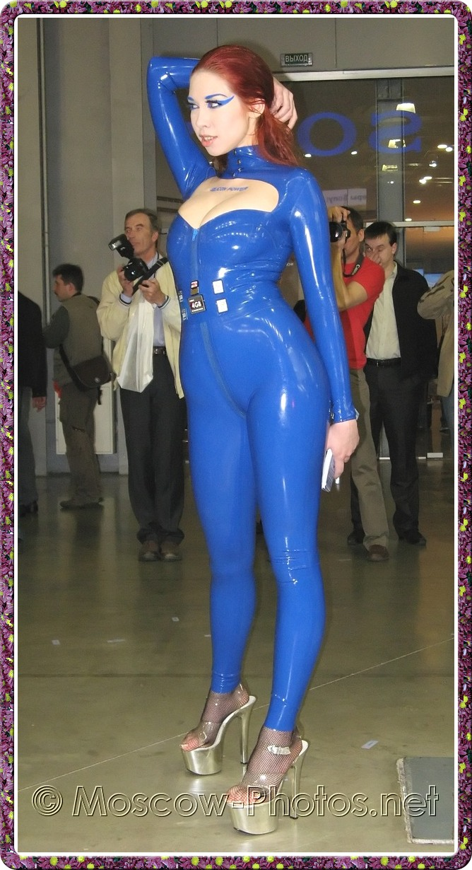 Girl in rubber suit posing at Photoforum - 2008