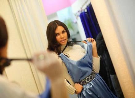 قواعد وأصول غرف تبديل الملابس - فتاة تحمل تمسك فستان رداء ملابس - woman girl holding dress clothes