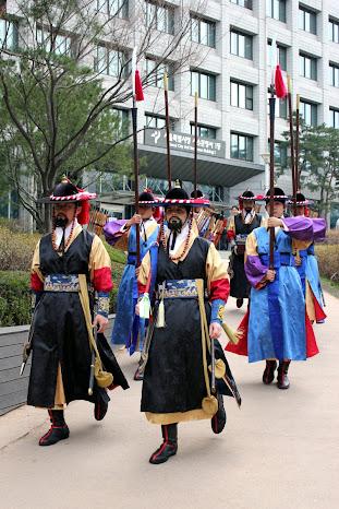 Guardias de palacio desfilando hacia Deoksugung