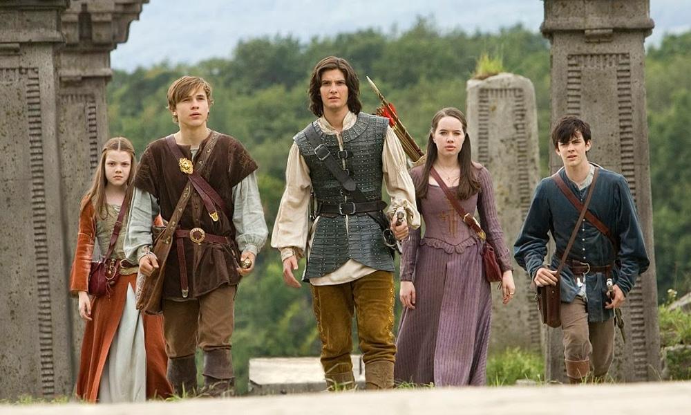 Cena do filme As Crônicas de Nárnia – Principe Caspian (2008) com os atores caminhando em um campo