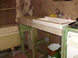 Полка в ванной под раковину своими руками 74