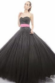Vestido preto com fita rosa