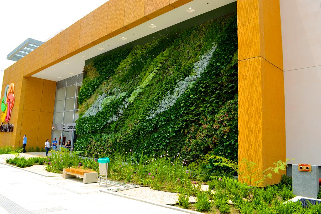 Paisajismo urbano jardin vertical del centro comercial de for Verde vertical jardines verticales