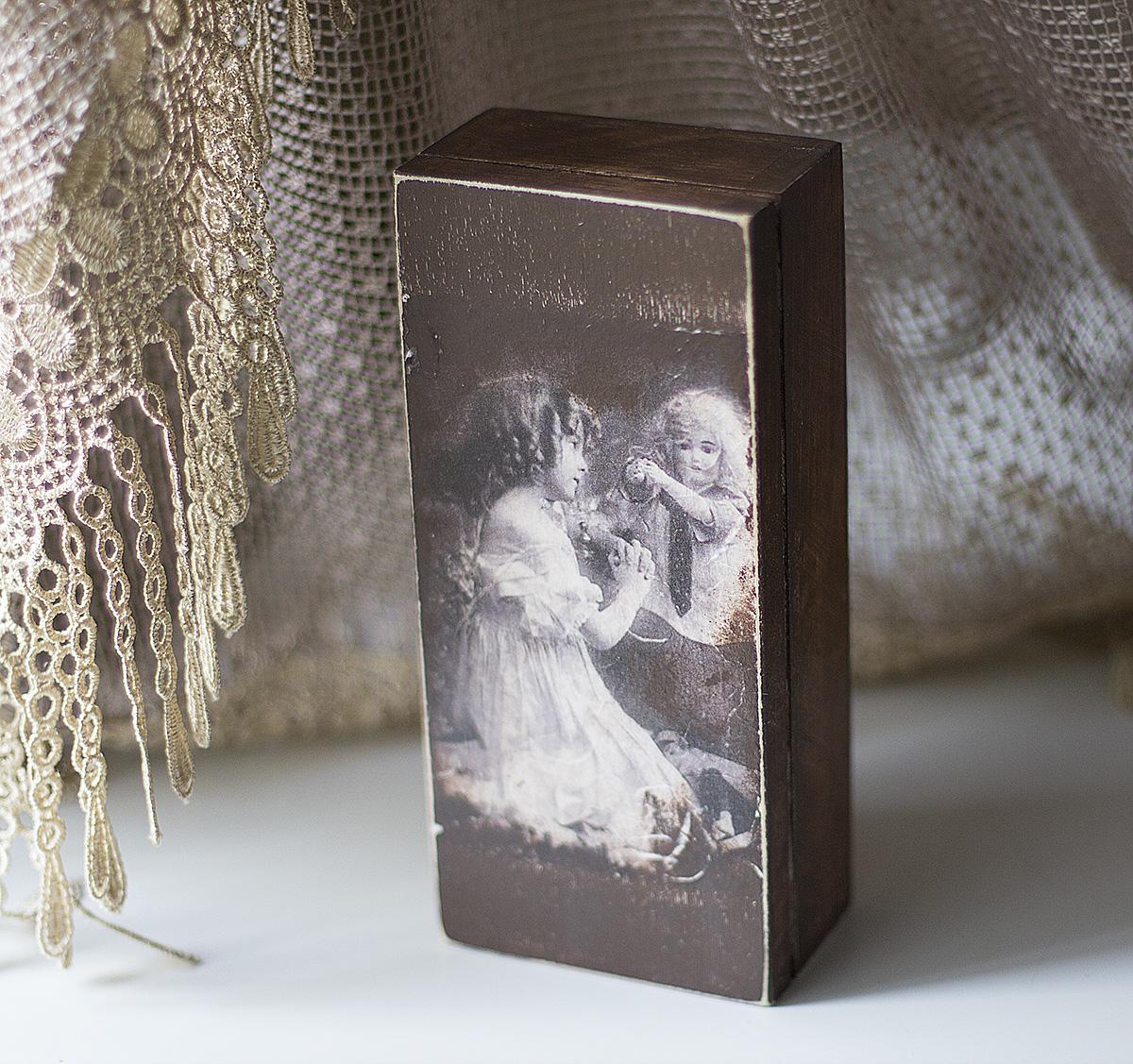 в этой состаренной шкатулке в винтажном стиле будет храниться антикварная кукла
