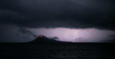 Volcán Krakatoa en las Islas  Java y Sumatra, Indonesia.