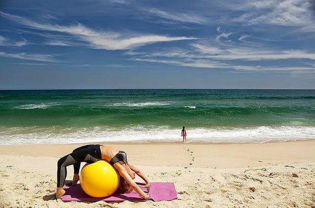 Simone Soares mostra seu treino em praia do Rio. Malho no mínimo três vezes por semana