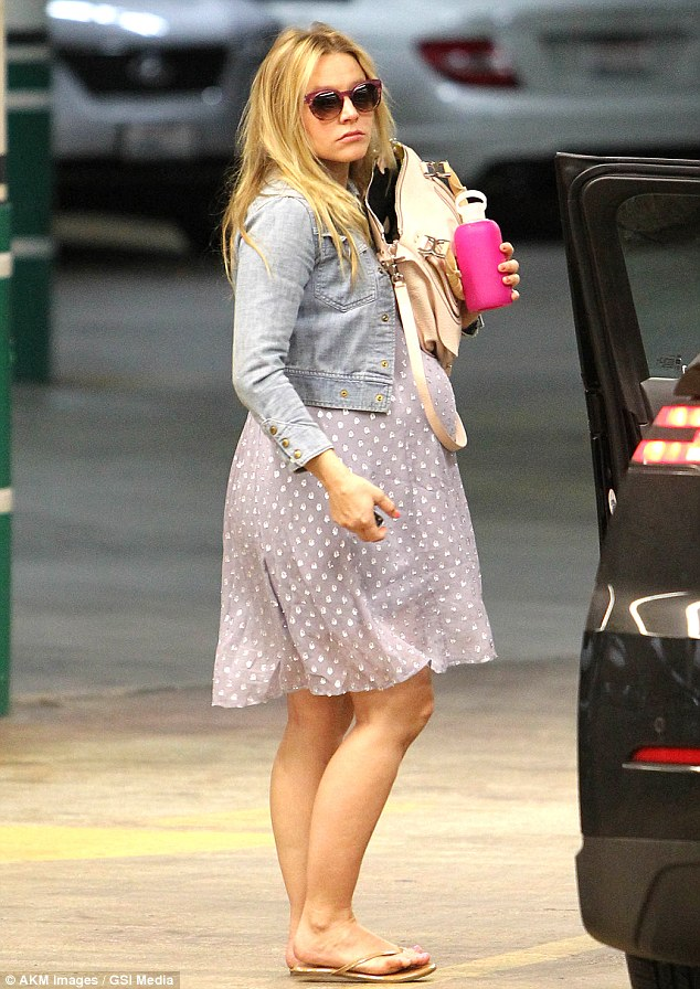 Kristen Bell shows us how to dress a huge bump with non ...