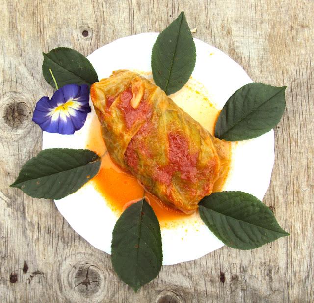 Gołąbki z kaszą jęczmienną z warzywami i pomidorowym sosem