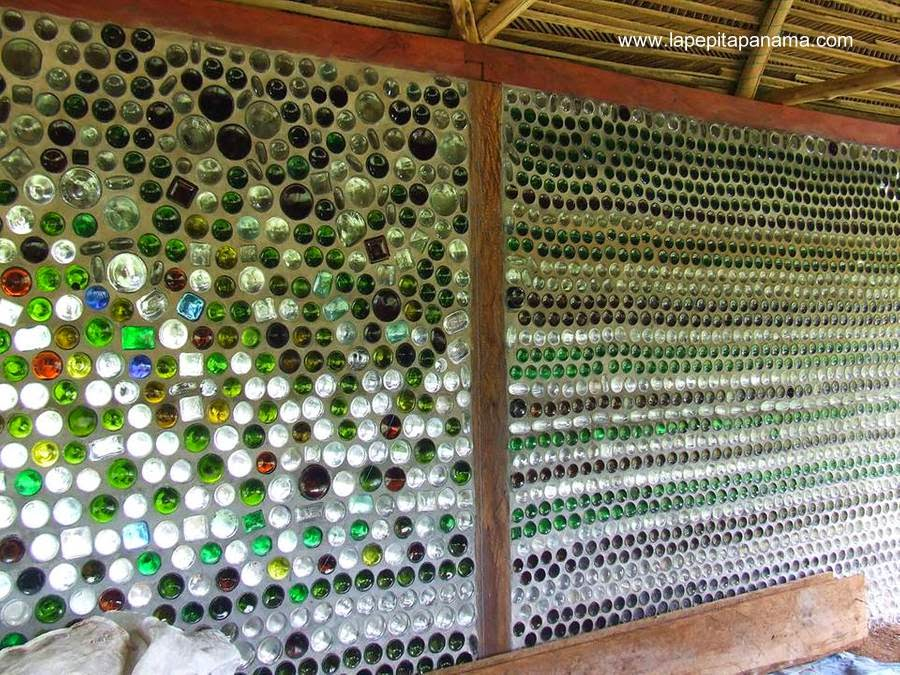 Pared de cabaña construida con botellas de vidrio recicladas