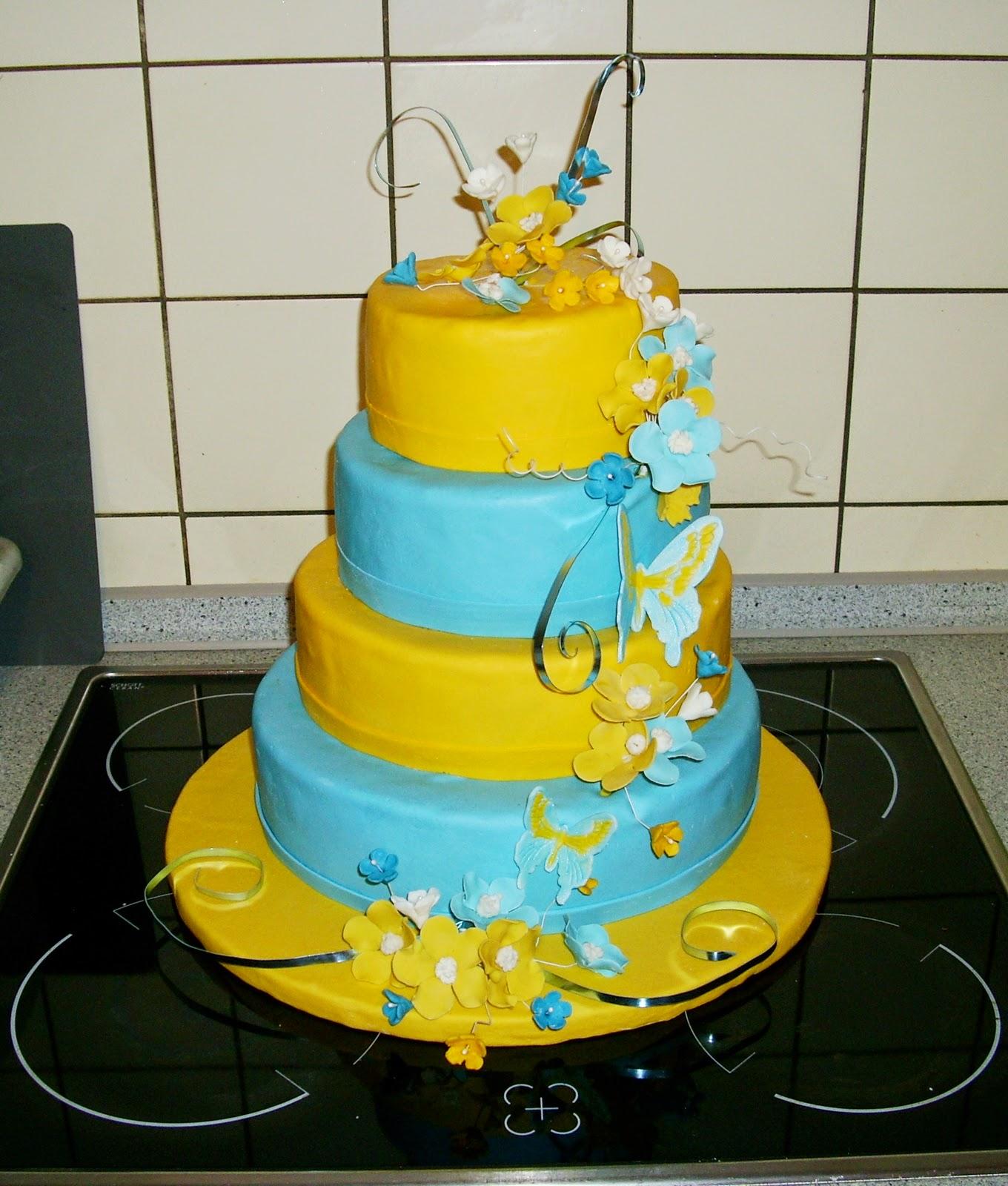 4 Stockige Hochzeitstorte In Gelb Blau Mit Blumengestecken Aus