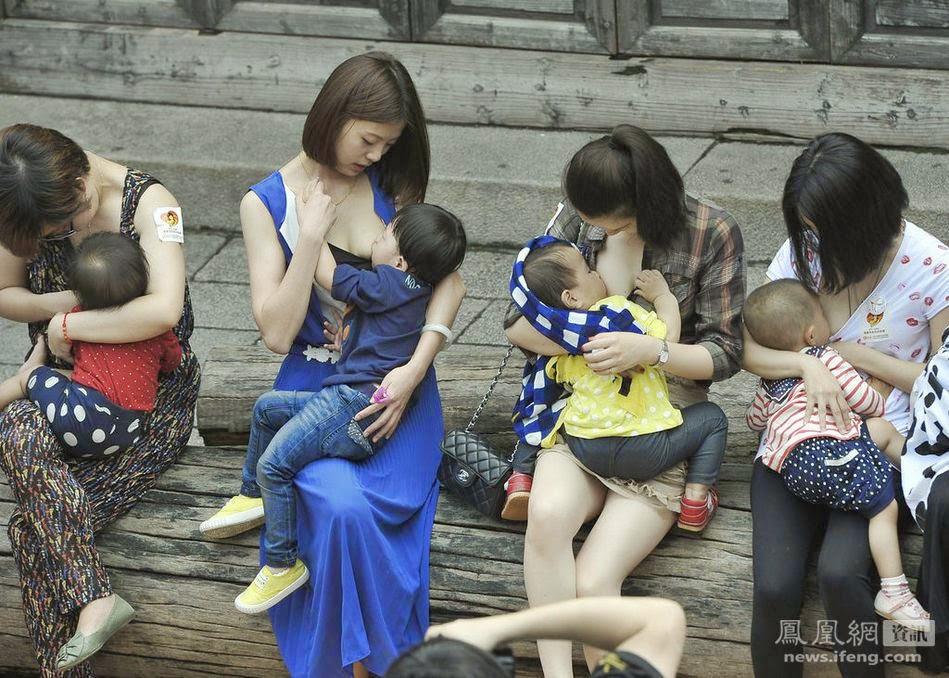 Inilah Ibu-Ibu Muda Yang Menyusui di Depan Umum