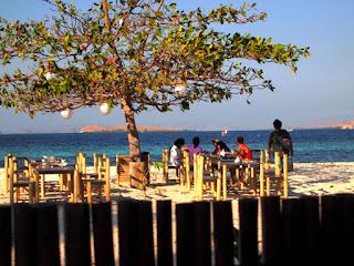 Resort and cafe di pinggir pantai kanawa