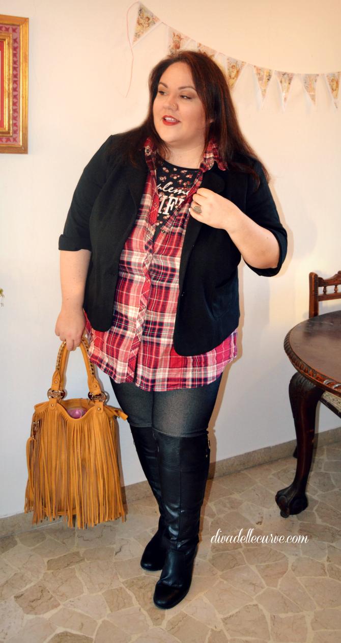 styling curvy e plus size: come abbinare gli stivali sopra al ginocchio con gambale largo, look casual